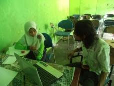 Kak Iham dan Pitri sedang serumembahas contoh-contoh puisi